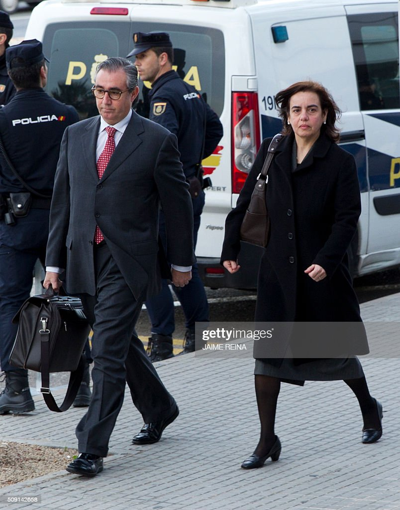 Former business partner of Inaki Urdangarin, Diego Torres (L), his wife Ana Maria Tejeiro (C) arrive for a hearing held in the courtroom at the Balearic School of Public Administration (EBAP) building in Palma de Mallorca, on the Spanish Balearic Island of Mallorca on February 9, 2016. The trial for corruption in a high stakes case of Spain's Princess Cristina, the sister of King Felipe VI, and her husband, former Olympic handball player Inaki Urdangarin, started again today in Palma. / AFP / JAIME REINA