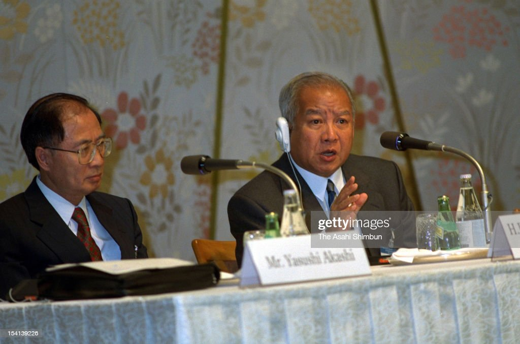 Former Cambodian King, Prince <a gi-track='captionPersonalityLinkClicked' href=/galleries/search?phrase=Norodom+Sihanouk&family=editorial&specificpeople=210861 ng-click='$event.stopPropagation()'>Norodom Sihanouk</a> (R) speaks while United Nations Transitional Authority in Cambodia (UNTAC) secretary general <a gi-track='captionPersonalityLinkClicked' href=/galleries/search?phrase=Yasushi+Akashi&family=editorial&specificpeople=605236 ng-click='$event.stopPropagation()'>Yasushi Akashi</a> listens at a press conference during the meeting of Cambodia's restoration on June 22, 1992 in Tokyo, Japan.