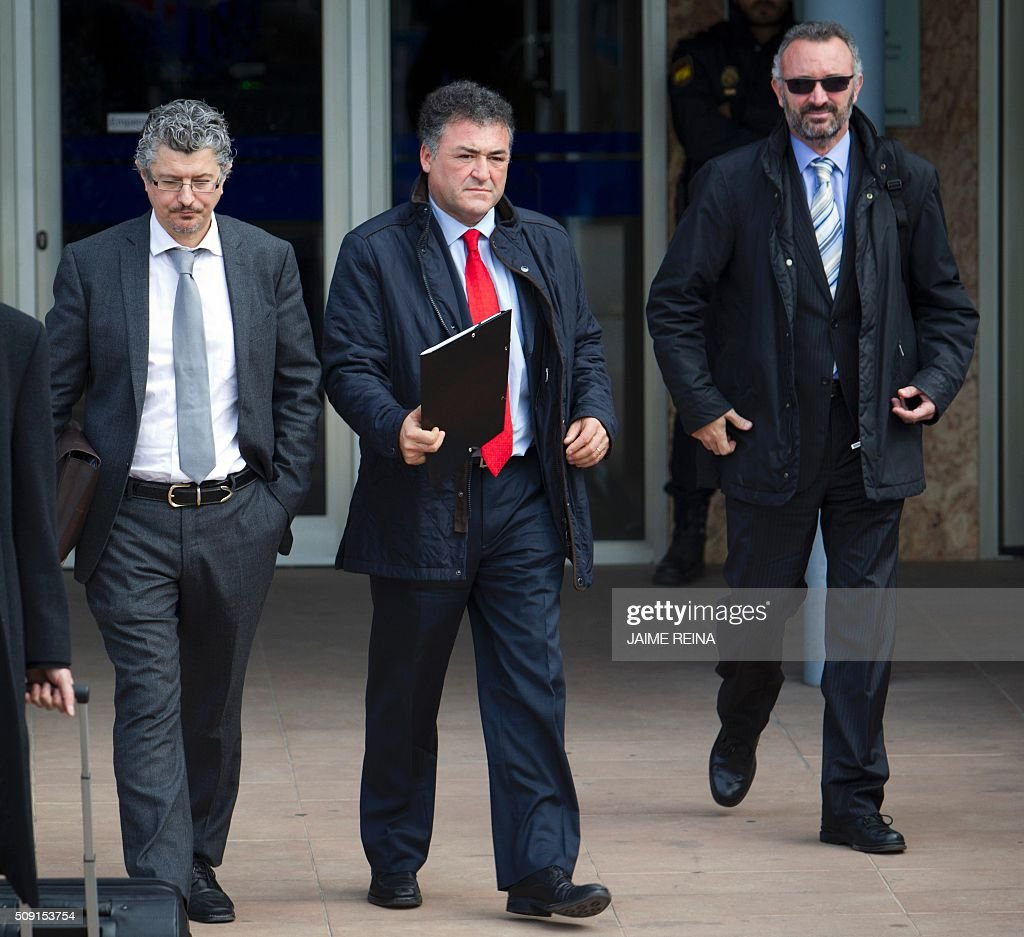 Former CEO of Sports activities of the Balearic Government José Luis Pepote Ballester (C) leaves after a hearing at the courtroom in the Balearic School of Public Administration (EBAP) building in Palma de Mallorca, on the Spanish Balearic Island of Mallorca on February 9, 2016. The trial for corruption in a high stakes case of Spain's Princess Cristina, the sister of King Felipe VI, and her husband, former Olympic handball player Inaki Urdangarin, started again today in Palma. / AFP / JAIME REINA