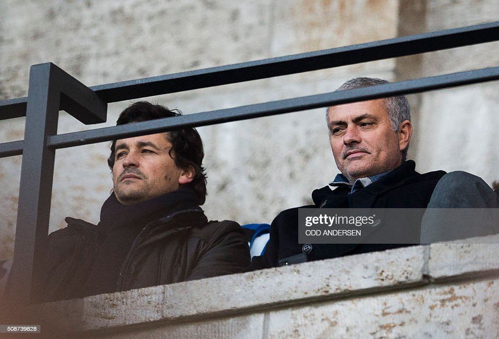 Former Chelsea manager José Mourinho (R) attends the German first division Bundesliga football match, Hertha Berlin v Borussia Dortmund, at the Olympic stadium in Berlin on February 6, 2016. / AFP / ODD ANDERSEN /