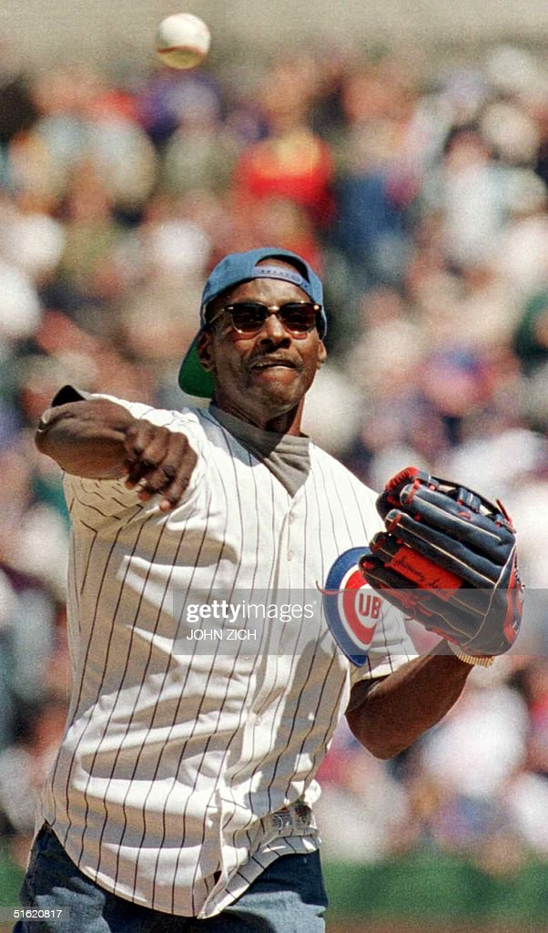 Former Chicago Bears star Walter Payton throws out the ceremonial first pitch in the Chicago Cubs home opener against the Cincinnati Reds 12 April 1999, at Wrigley Field in Chicago, Illinois. Payton, the NFL's all-time leading rusher, was awaiting a liver transplant to stave off a life-threatening illness. It was announced 01 November 1999 that Payton, 45, has died. AFP PHOTO/FILES/John ZICH