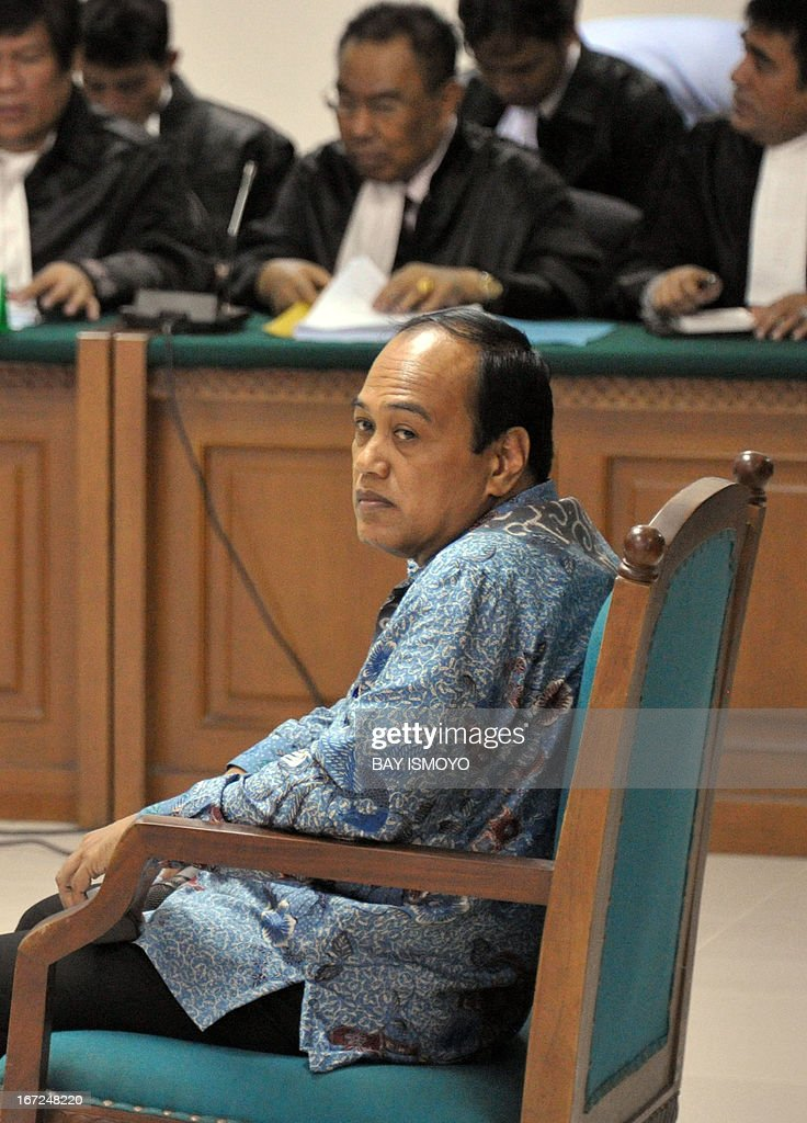 Former chief of the Indonesian police traffic division Djoko Susilo (R) back by a panel of defense lawyers, listens during the indictment proceeding by the anti-graft court in Jakarta on April 23, 2013 to face trial for corruption charges. Susilo is facing corruption charges involving 21 million USD tender for driving simulators. AFP PHOTO / Bay ISMOYO