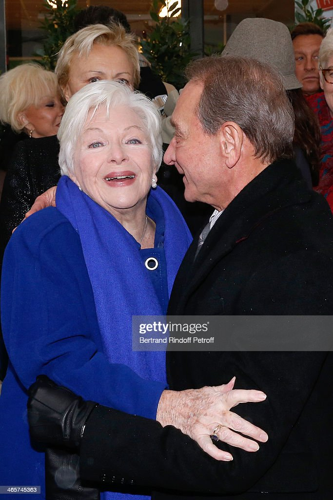 Former companion of Loulou Gaste, singer <a gi-track='captionPersonalityLinkClicked' href=/galleries/search?phrase=Line+Renaud&family=editorial&specificpeople=220398 ng-click='$event.stopPropagation()'>Line Renaud</a> and Mayor of Paris <a gi-track='captionPersonalityLinkClicked' href=/galleries/search?phrase=Bertrand+Delanoe&family=editorial&specificpeople=206163 ng-click='$event.stopPropagation()'>Bertrand Delanoe</a> attend the Tribute to Loulou Gaste' with a Commemorative Tablet on the wall of the house where he was born the March 18 of 1908, 8 Saint-Ferdinand street in Paris. January 29, 2014 in Paris, France.