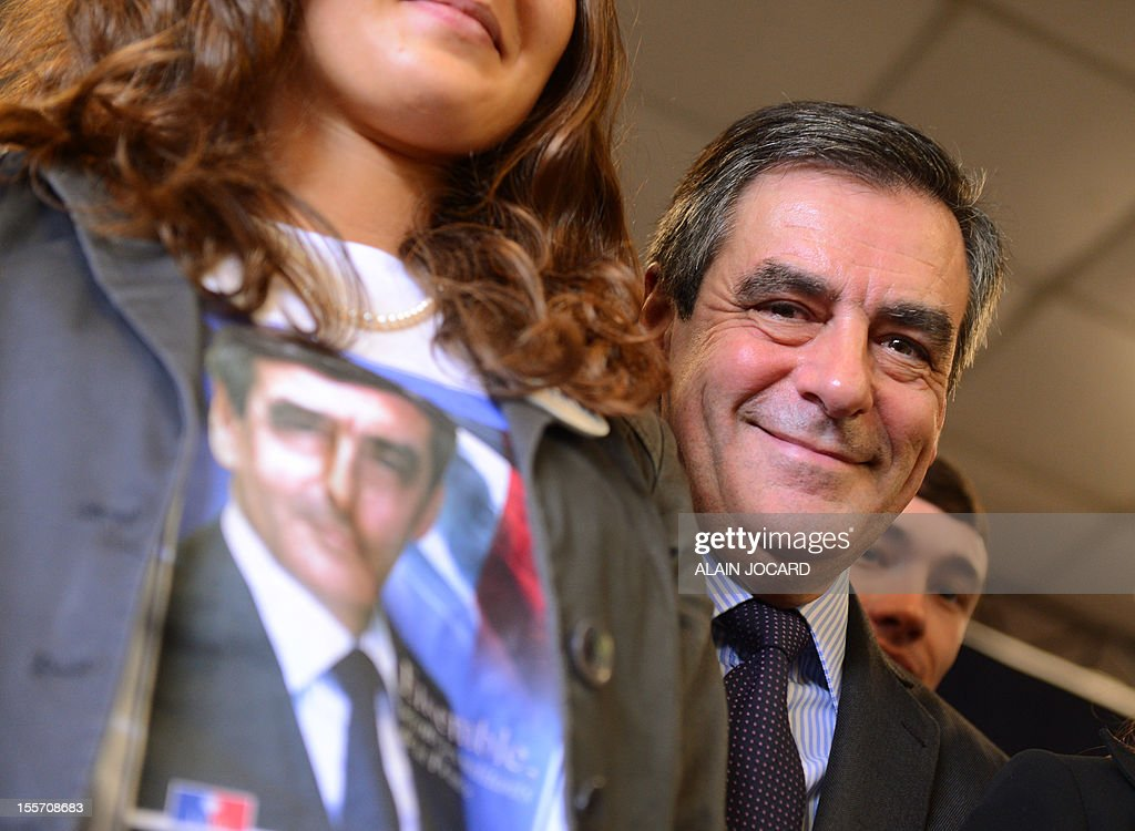 Former conservative prime minister François Fillon, poses with supporters on November 07, 2012 in La Chaussée-Saint-Victor near Blois, as part of a campaign meeting for the UMP right wing party presidency - AFP PHOTO/ ALAIN JOCARD