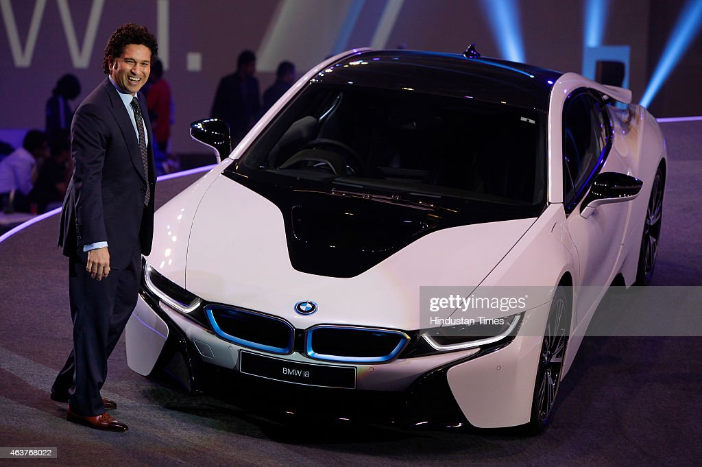player sachin tendulkar poses next to the bmw i8 a hybrid sports car. Black Bedroom Furniture Sets. Home Design Ideas