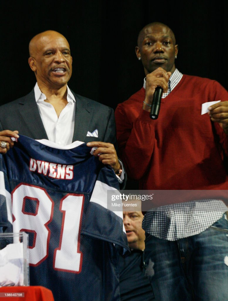 Former Dallas Cowboy <a gi-track='captionPersonalityLinkClicked' href=/galleries/search?phrase=Drew+Pearson&family=editorial&specificpeople=226652 ng-click='$event.stopPropagation()'>Drew Pearson</a>, left, introduces <a gi-track='captionPersonalityLinkClicked' href=/galleries/search?phrase=Terrell+Owens&family=editorial&specificpeople=179474 ng-click='$event.stopPropagation()'>Terrell Owens</a> as an Allen Wranger in the Indoor Football League at the Allen Event Center on February 8, 2012 in Allen, Texas.