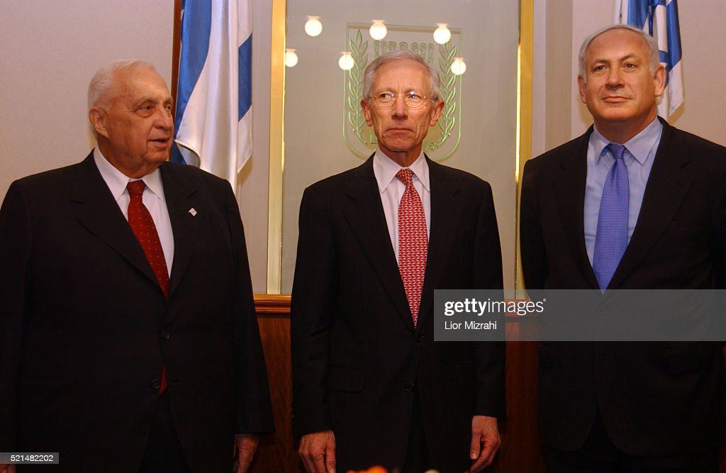 Former first deputy managing director of the International Monetary Fund Stanley Fischer poses with Israeli Prime Minister Ariel Sharon and Israeli...