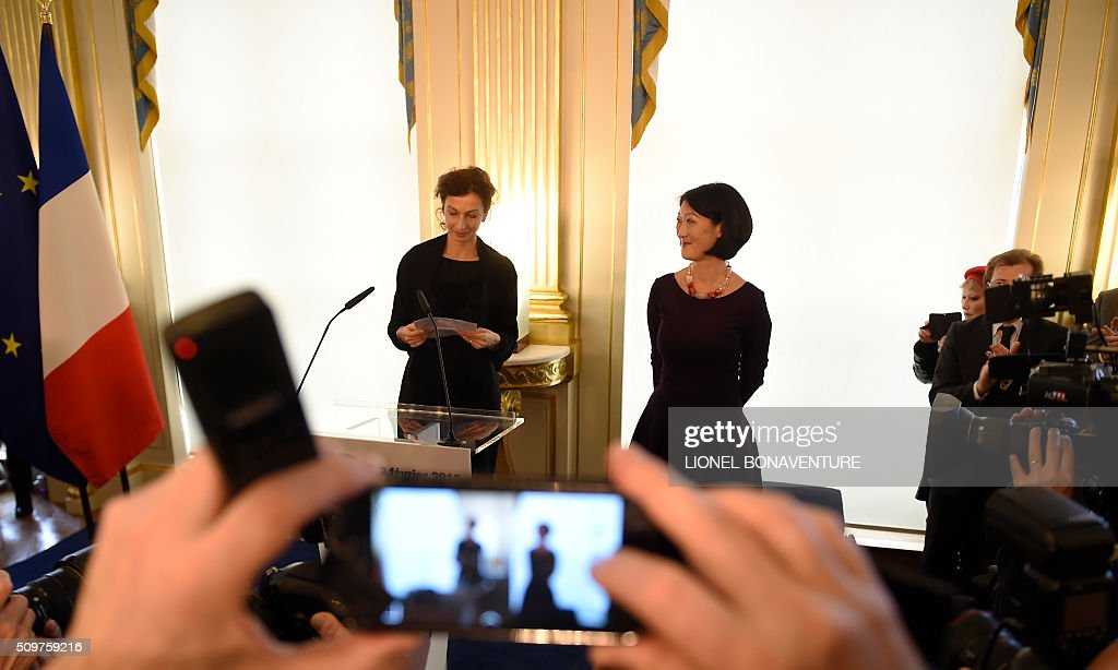 Former French Culture minister Fleur Pellerin looks at newly appointed French Culture minister Audrey Azoulay (L) during the transferal of powers on February 12, 2016 at the Culture ministry in Paris. Audrey Azoulay was named new French Culture minister as French President Francois Hollande reshuffled his cabinet on February 11, 2016, naming Jean-Marc Ayrault foreign minister and adding several ecologists to government as he seeks to widen his political base ahead of a presidential poll in 2017. AFP PHOTO / LIONEL BONAVENTURE / AFP / LIONEL BONAVENTURE