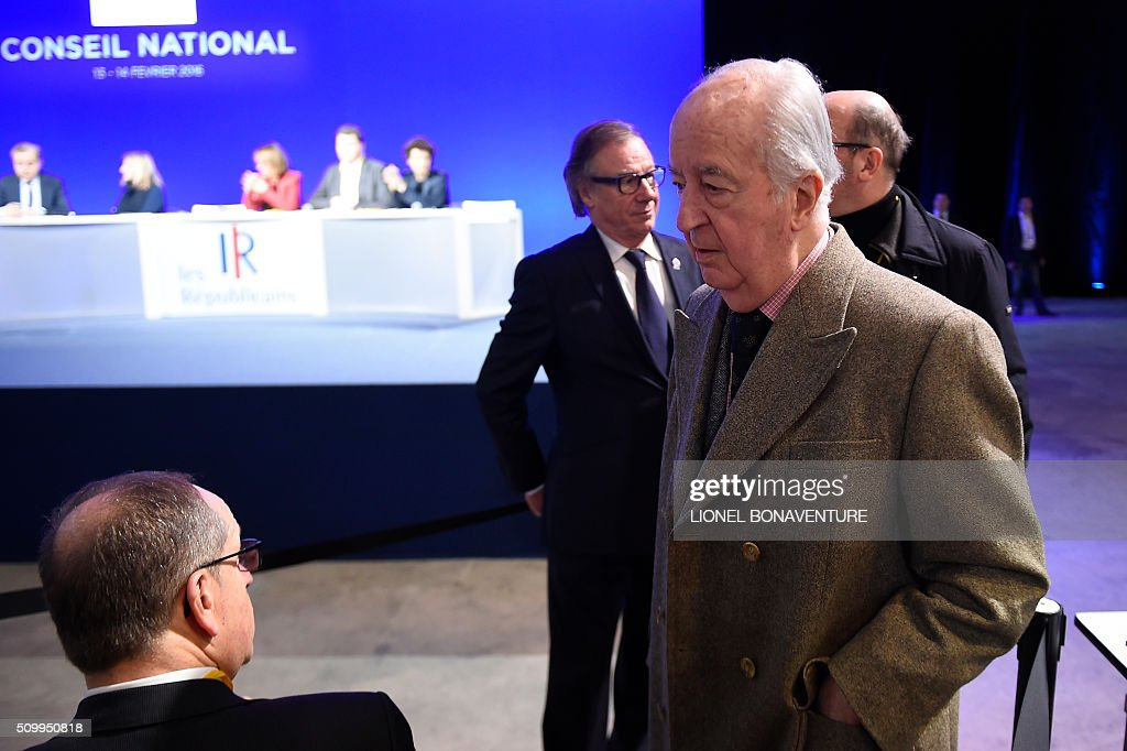 Former French Prime Minister Edouard Balladur (R) arrives to attend the National Council of Les Republicains (LR) right-wing main opposition party on February 13, 2016 in Paris. AFP PHOTO / LIONEL BONAVENTURE / AFP / LIONEL BONAVENTURE