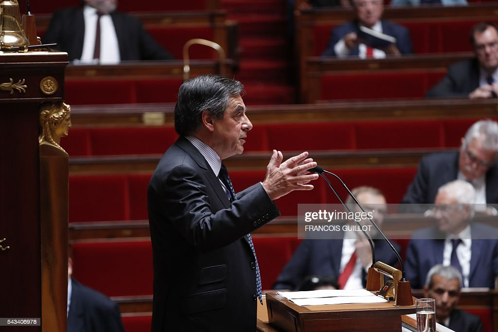 Former French Prime Minister Francois Fillon and candidate for the right-wing Les Republicains (LR) party primary ahead of the 2017 presidential election speaks during the questions to the government session on June 28, 2016 at the French National Asssembly in Paris. / AFP / FRANCOIS