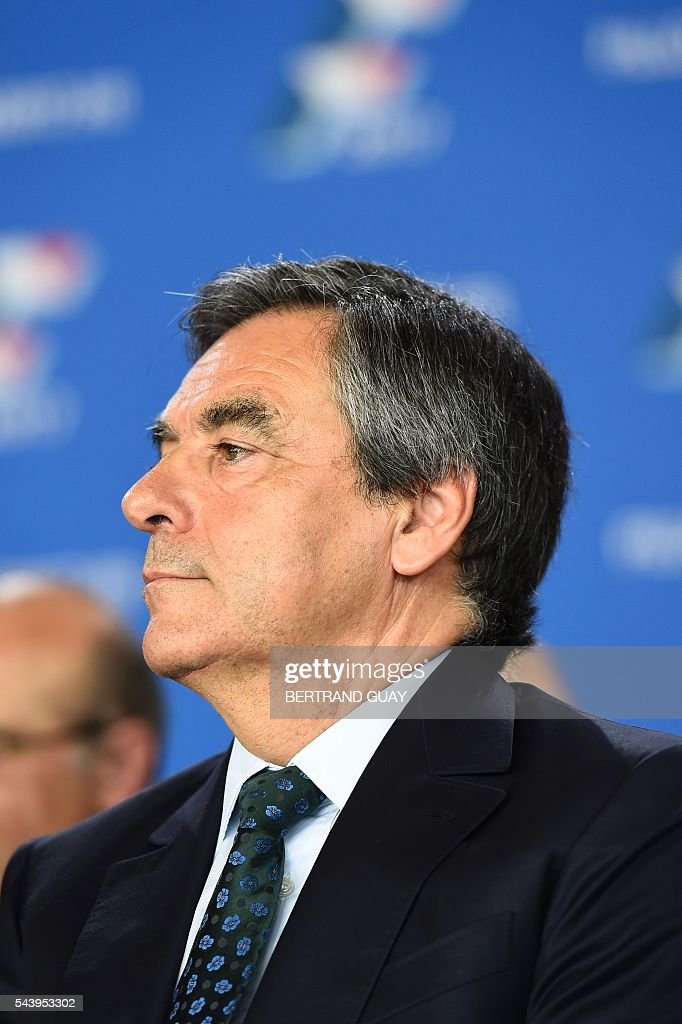 Former French Prime Minister Francois Fillon and candidate for the right-wing Les Republicains (LR) party primary looks on during a meeting in Saint-Manden, near Paris. / AFP / BERTRAND
