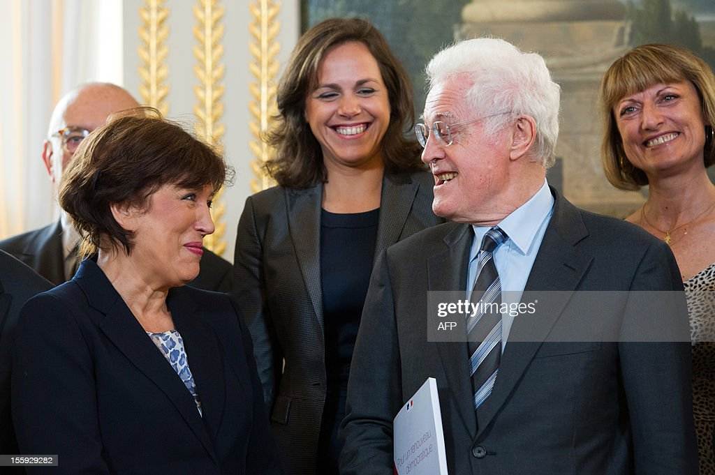 Former French Prime Minister Lionel Jospin (R) and former Health minister Roselyne Bachelot (L) pose with the members of the committee on France's Renovation and Moralization of the political scene prior to give their report to France's President on November 9, 2012 at the Elysee Palace in Paris. AFP PHOTO POOL BERTRAND LANGLOIS