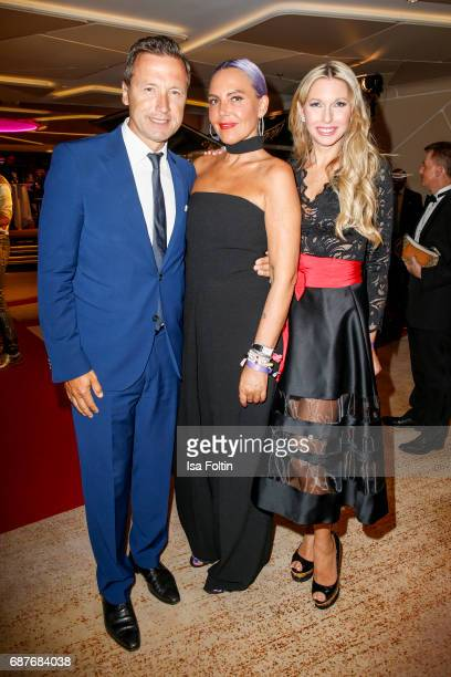 Former German athlete and presenter Norbert Dobeleit Natascha Ochsenknecht and Sabine Piller during the Kempinski Fashion Dinner on May 23 2017 in...