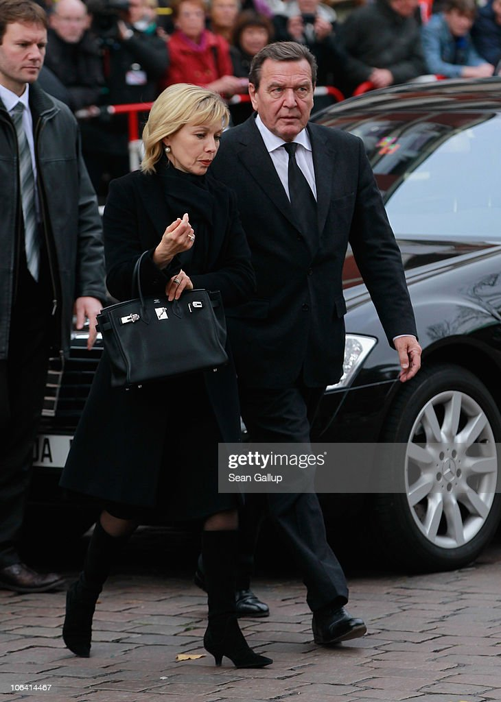 Former German Chancellor Gerhard Schroeder and his wife <a gi-track='captionPersonalityLinkClicked' href=/galleries/search?phrase=Doris+Schroeder-Koepf&family=editorial&specificpeople=224024 ng-click='$event.stopPropagation()'>Doris Schroeder-Koepf</a> arrive for the memorial service for Loki Schmidt, wife of former German Chancellor Helmut Schmidt, at the St. Michaelis Kirche on November 1, 2010 in Hamburg, Germany.