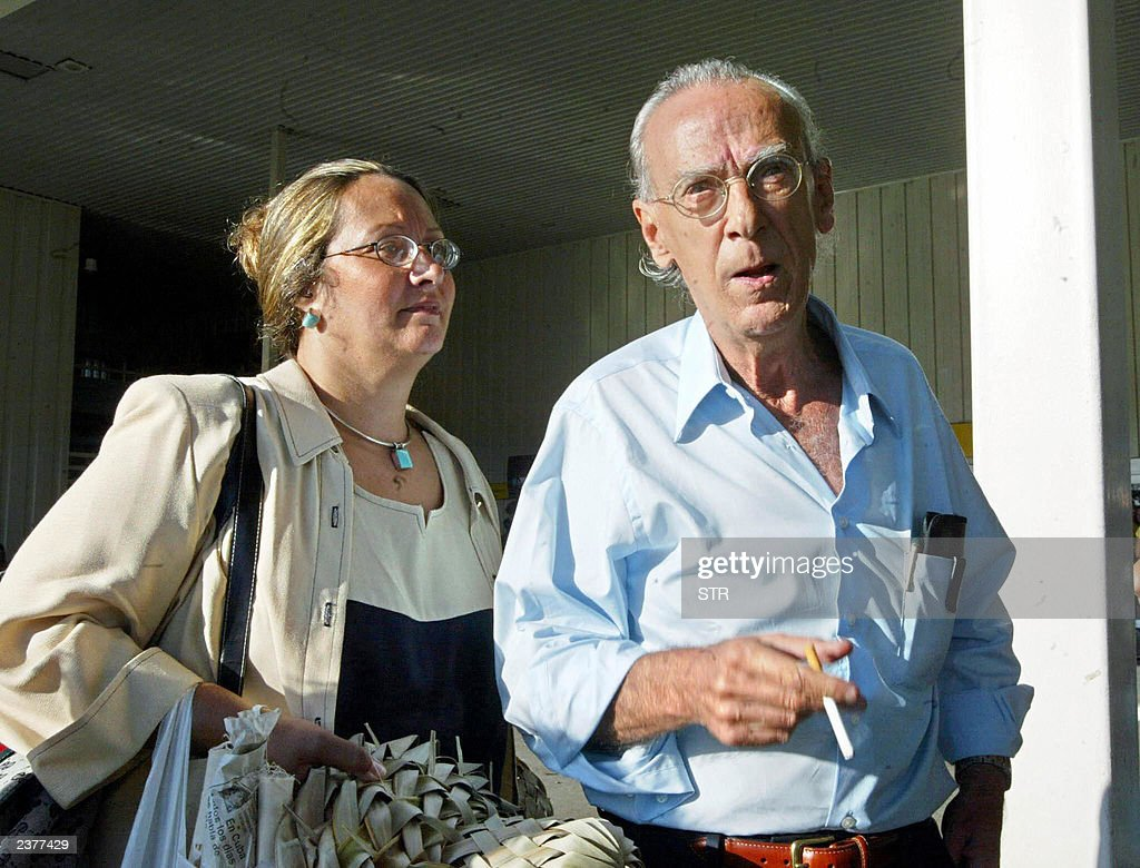 Former guerrilla leader and political prisoner, Eloy Gutierrez Menoyo (R) and his wife Gladys Teresa Gutierrez pose at the Jose Marti airport in Havana on August 07, 2003. Gutierrez Menoyo, who was based in Miami after were released in 1986 of a 22-year sentence in Cuba, has announced he will live in the island to work for peace and national reconciliation, he said.