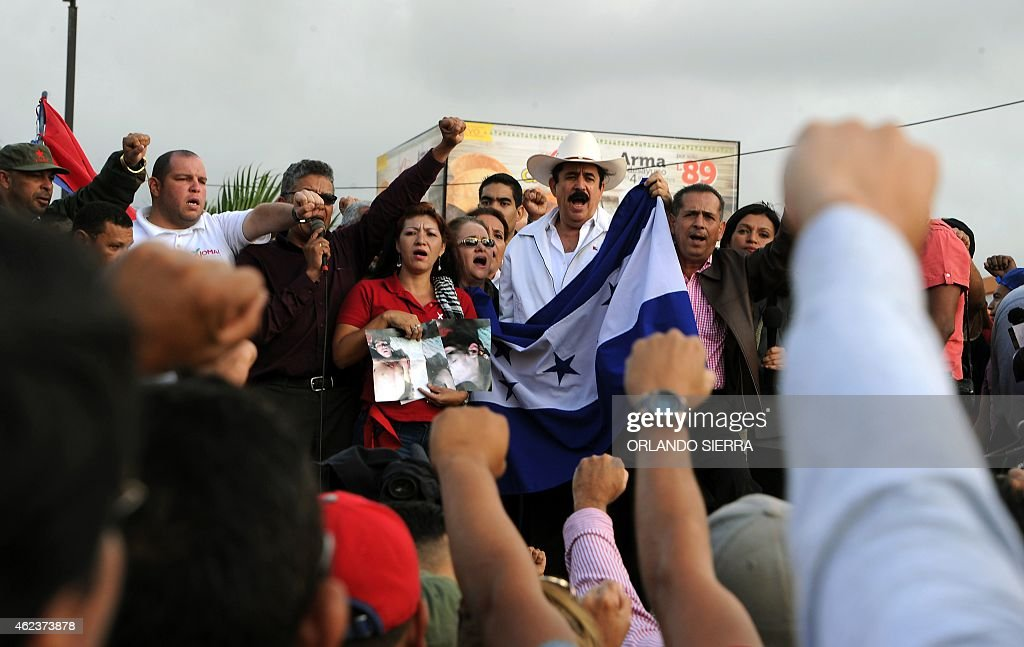 Former Honduran President Manuel Zelaya (C), shouts slogaNs during a protest against the first anniversary of President Juan Orlando Hernandez in power, in the surroundings of the presidential house inTegucigalpa, on January 27, 2015. AFP PHOTO/ORLANDO SIERRA