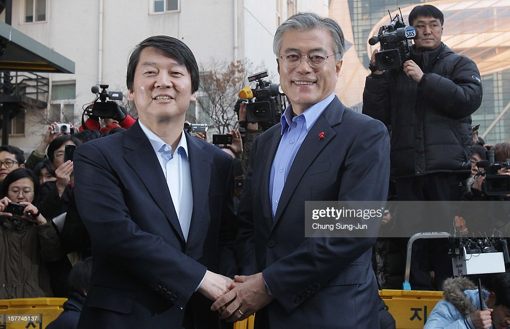 Former Independent presidential candidate Ahn Cheol-soo shakes hands with Moon Jae-In, presidential candidate of the main opposition Democratic United Party (DUP) after Ahn pledged his support for Moon on December 6, 2012 in Seoul, South Korea. South Korean will vote in the presidential election on December 19.