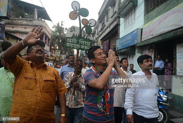 Former Indian football team captain and Trinamool Congress candidate for the Darjeeling constituency Baichung Bhutia campaigns in the streets of...