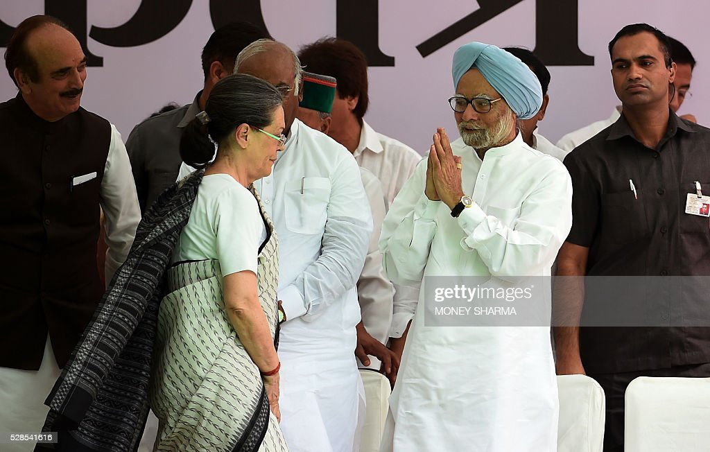 Former Indian prime minister Manmohan Singh (R) gestures towards Congress Party president Sonia Gandhi ahead of an anti-government protest march in New Delhi on May 6, 2016. Former Indian prime minister Manmohan Singh, Congress Party President Sonia Gandhi and party Vice-president Rahul Gandhi were briefly arrested at a police station and later released during a 'Save Democracy' protest march against the ruling Bharatiya Janata Party (BJP). / AFP / MONEY