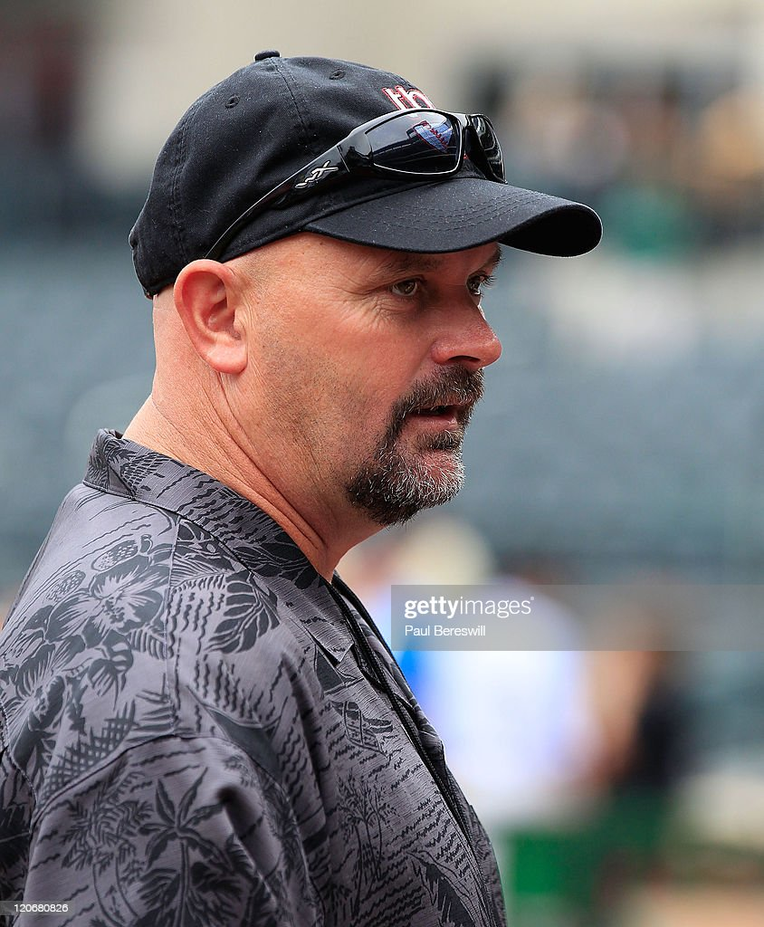 Former Major League pitcher <a gi-track='captionPersonalityLinkClicked' href=/galleries/search?phrase=David+Wells+-+Baseball+Player&family=editorial&specificpeople=202481 ng-click='$event.stopPropagation()'>David Wells</a> watches batting practice before a Major League Baseball game between the New York Mets and the Atlanta Braves at Citi Field on August 6, 2011 in New York City as Collins and Einhorn share a laugh.