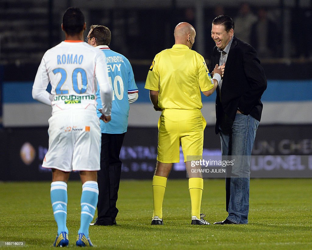 Former Marseille's Bristish player Chris Wadle (R) speaks with the referee before the French L1 football match Olympique of Marseille (OM) vs Girondins de Bordeaux (FCGB) at the Velodrome stadium in Marseille, southeastern France on April 5, 2013.