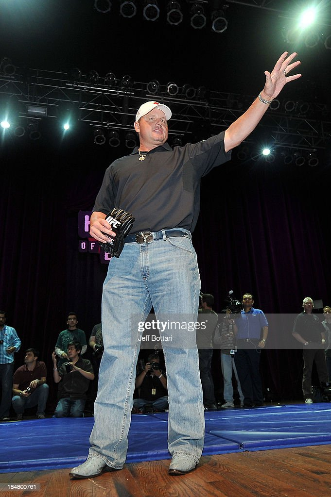 Former MLB Houston Astros player Roger Clemens pose for fans and media inside House of Blues on October 16, 2013 in Houston, Texas.
