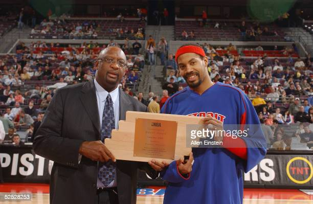 Former NBA player Bob Lanier presents a trophy to Rasheed Wallace of the Detroit Pistons before the game against the San Antonio Spurs on March 20...