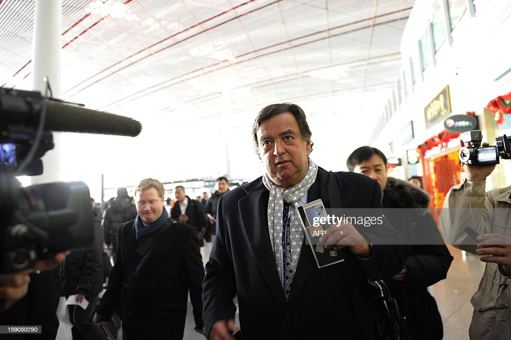 Former New Mexico Governor Bill Richardson (C) makes his way after checking in at Beijing International airport in Beijing on January 7, 2013, before his trip to North Korea. Former New Mexico governor Bill Richardson and Google chairman Eric Schmidt will head to North Korea on a 'private humanitarian mission,' Richardson's office said on January 5, 2012. AFP PHOTO / WANG ZHAO