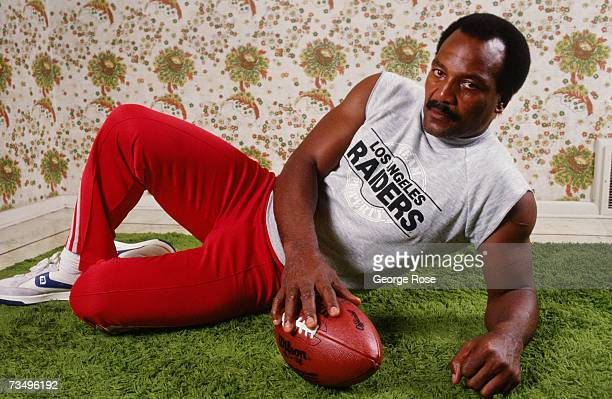 Former NFL Hall of Fame running back Jim Brown poses during a 1987 Los Angeles California photo portrait session in his living room