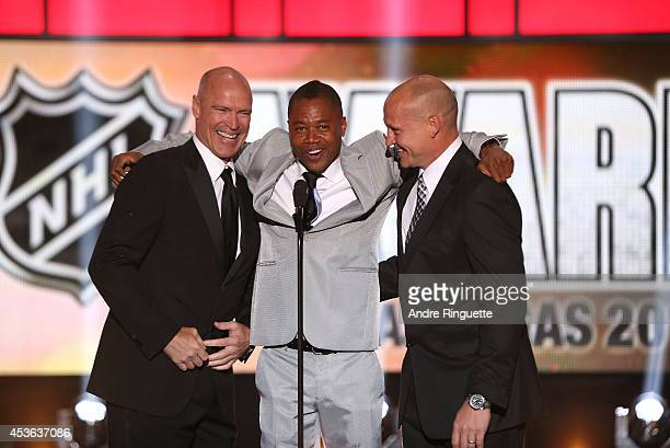 Former NHL player Mark Messier actor Cuba Gooding Jr and former NHL player Adam Graves stand onstage during the 2014 NHL Awards at the Encore Theater...