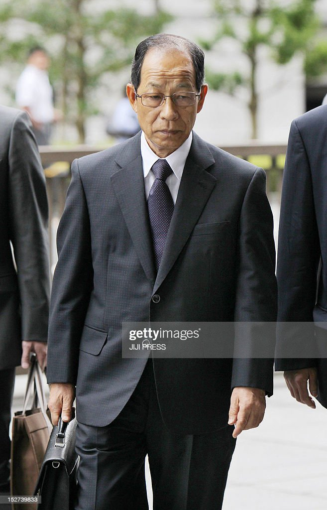 Former Olympus chairman Tsuyoshi Kikukawa enters the Tokyo District Court for his first hearing of the trial in Tokyo on September 25, 2012. Scandal-wracked Olympus and three of its former top executives pleaded guilty in court over charges that they deliberately hid losses worth 1.7 billion USD after a series of bad investments. ikukawa apologised in Tokyo District Court and said he would take 'full responsibility' for the crime that came to light when his British successor blew the whistle roughly a year ago. AFP PHOTO / JIJI PRESS JAPAN OUT