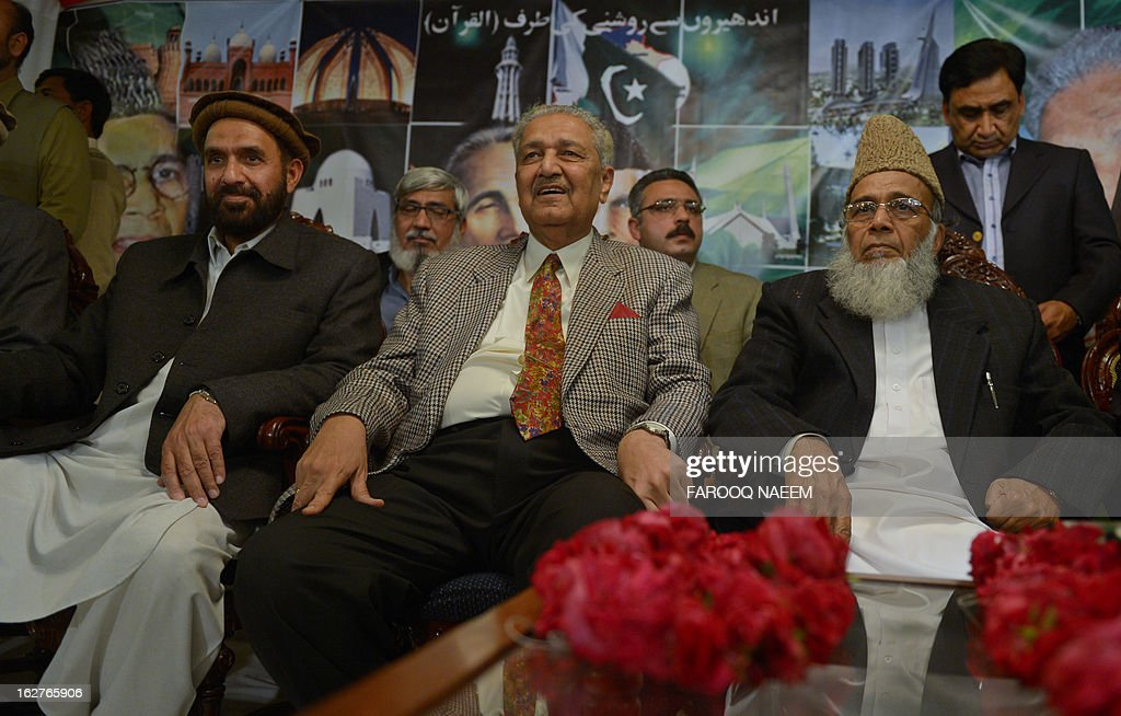 Former Pakistani nuclear scientist and chairman of Tehreek-e-Tahafuz Pakistan party, Abdul Qadeer Khan (2R), sits along with Syed Munawar Hassan (R) president of Jamaal-e-Islami party (JI), and JI deputy president Mian Aslam (L) during a public meeting in Islamabad on February 26, 2013. Khan has registered a new political party last year to contest for the first time general elections expected next year, officials said. AFP PHOTO/Farooq NAEEM