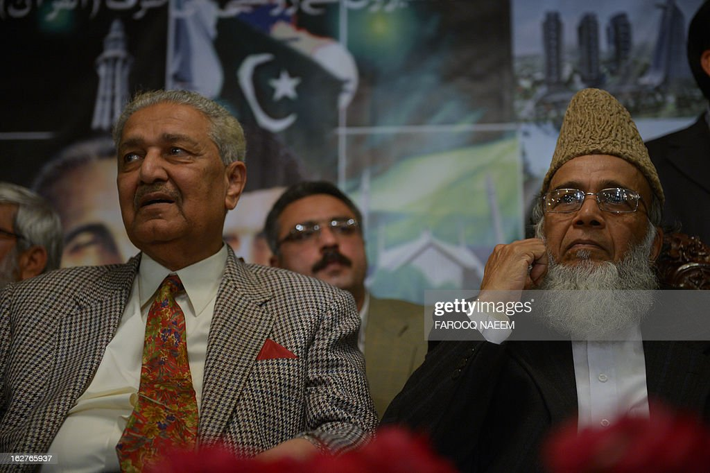 Former Pakistani nuclear scientist and chairman of Tehreek-e-Tahafuz Pakistan party, Abdul Qadeer Khan (L), sits along with Syed Munawar Hassan (R) president of the Jamaal-e-Islami party (JI) during a public meeting in Islamabad on February 26, 2013. Khan has registered a new political party last year to contest for the first time general elections expected next year, officials said. AFP PHOTO/Farooq NAEEM
