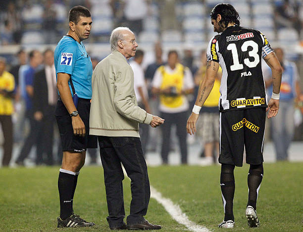 Vasco Da Gama v Botafogo - Brazilian Championship Photos and Images ... 35dbde48043d7