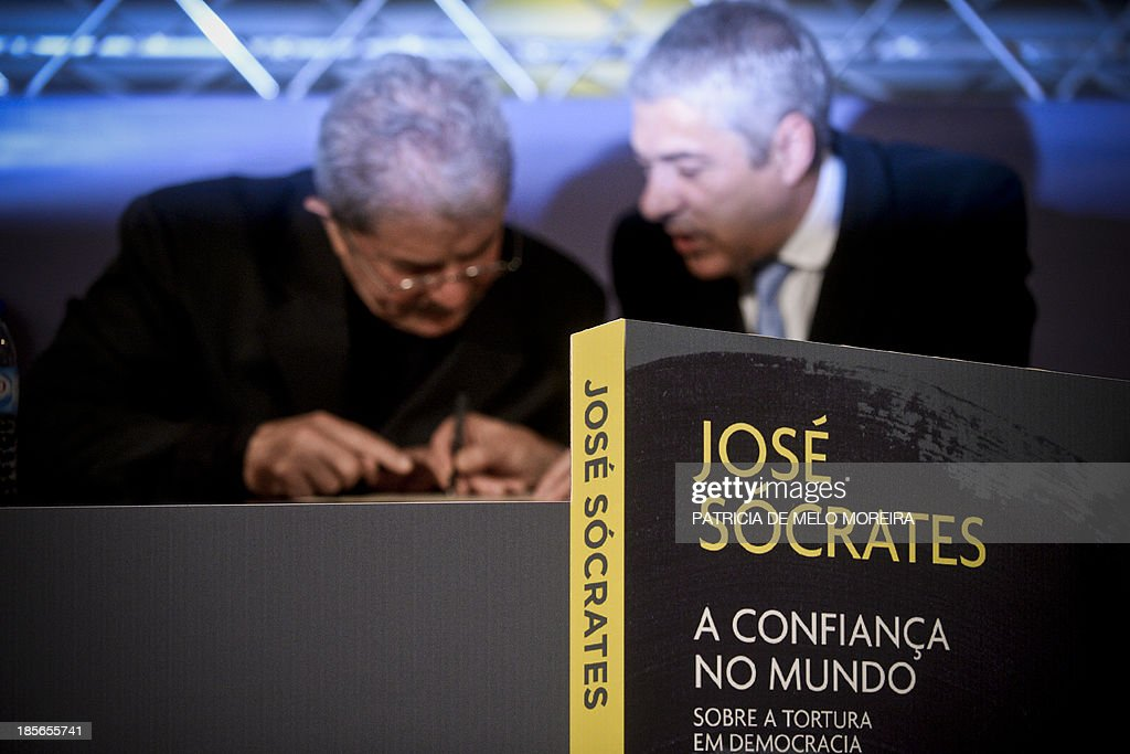 Former Portuguese Prime Minister Jose Socrates (R) accompanied by former Brazilian President Lula da Silva (L) attend the presentation of his book 'Trust in the World, About Torture in Democracy', in Lisbon on October 23, 2013.