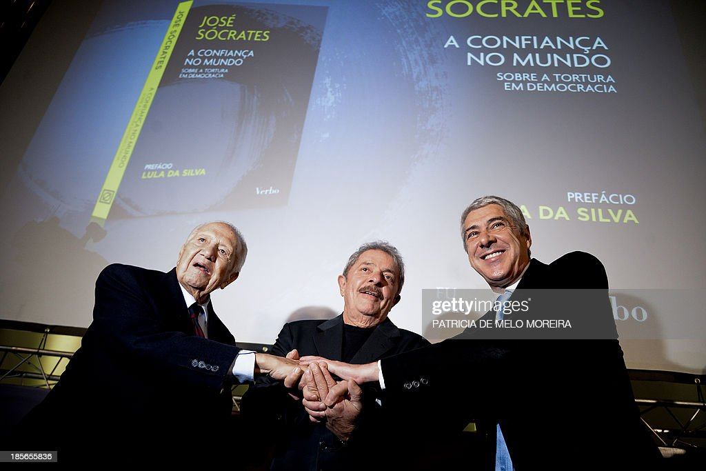 Former Portuguese Prime Minister Jose Socrates (R), former Brazilian President Lula da Silva (C) and former Portuguese President Mario Soares (L) attend the presentation of the book 'Trust in the World, About Torture in Democracy' by Jose Socrates, in Lisbon on October 23, 2013.