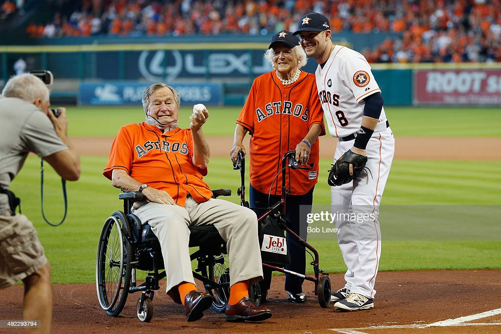 Former President George HW Bush former First Lady Barbara Bush and Jed Lowrie of the Houston Astros pose for a picture prior to game three of the...