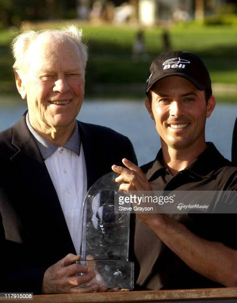 Former President Gerald Ford presents Mike Weir with the winner's trophy