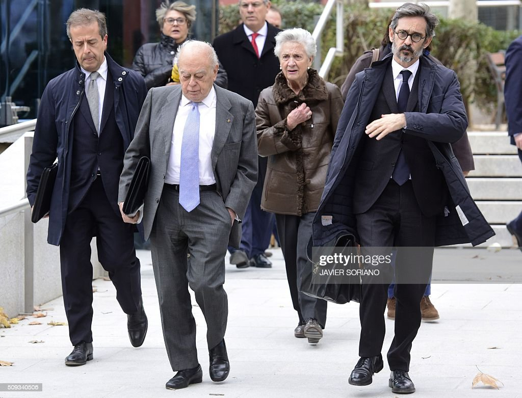 Former president of Catalonia Jordi Pujol (2L) and his wife Marta Ferrusola (C)leave the National Court in Madrid following an appearance on February 10, 2016. Pujol, who governed the wealthy northeastern region of Catalonia from 1980 to 2003, was ordered to appear before the National Court for questioning as a suspect in alleged money laundering and tax fraud relating to a personal fortune his family hid from the taxman in Andorra. / AFP / JAVIER SORIANO