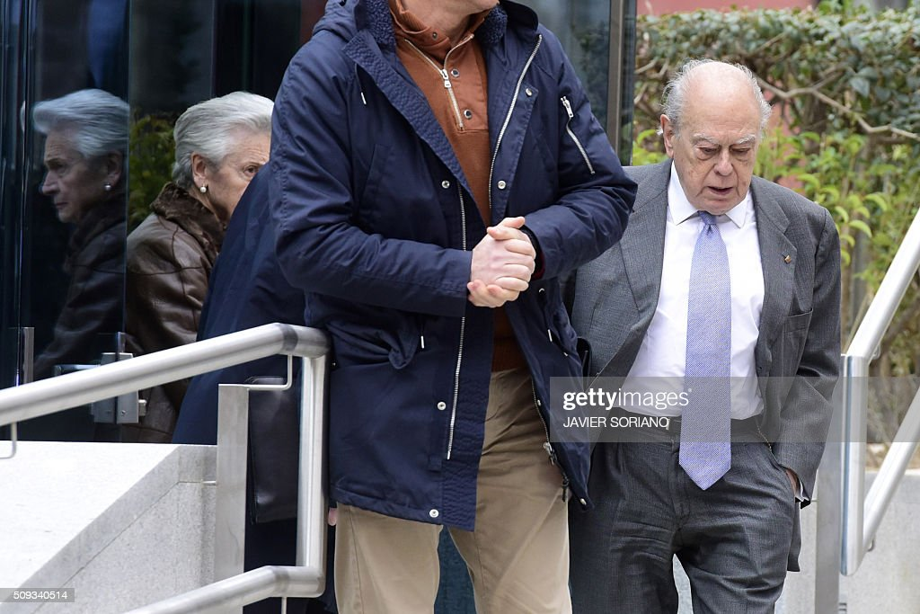 Former president of Catalonia Jordi Pujol (R) and his wife Marta Ferrusola (L) leave the National Court in Madrid following an appearance on February 10, 2016. Pujol, who governed the wealthy northeastern region of Catalonia from 1980 to 2003, was ordered to appear before the National Court for questioning as a suspect in alleged money laundering and tax fraud relating to a personal fortune his family hid from the taxman in Andorra. / AFP / JAVIER SORIANO