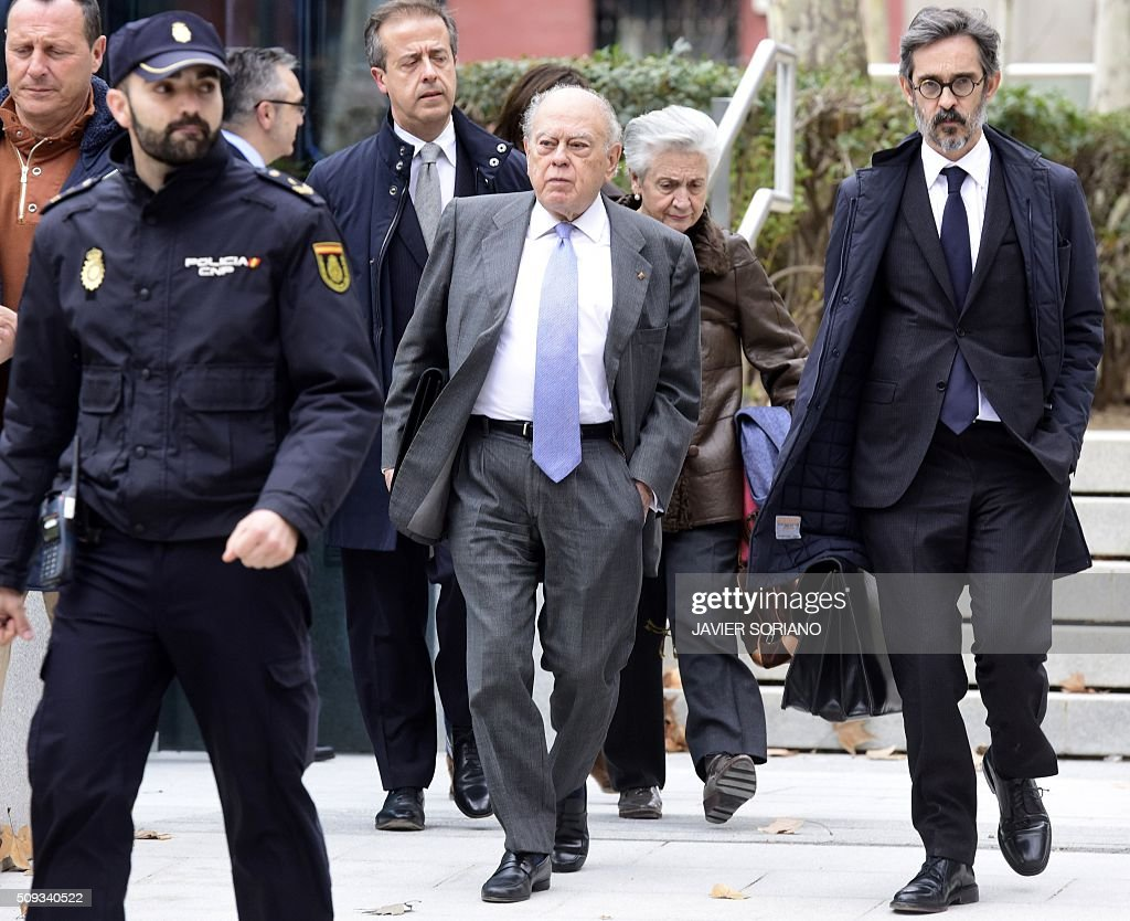 Former president of Catalonia Jordi Pujol (C) and his wife Marta Ferrusola (2R)leave the National Court in Madrid following an appearance on February 10, 2016. Pujol, who governed the wealthy northeastern region of Catalonia from 1980 to 2003, was ordered to appear before the National Court for questioning as a suspect in alleged money laundering and tax fraud relating to a personal fortune his family hid from the taxman in Andorra. / AFP / JAVIER SORIANO