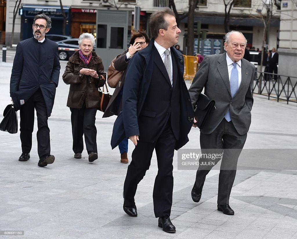 Former president of Catalonia Jordi Pujol (R) arrives with his wife Marta Ferrusola (2ndL) to appear before the National Court in Madrid on February 10, 2016. Pujol, who governed the wealthy northeastern region of Catalonia from 1980 to 2003, was ordered to appear before the National Court for questioning as a suspect in alleged money laundering and tax fraud relating to a personal fortune his family hid from the taxman in Andorra. / AFP / GERARD JULIEN