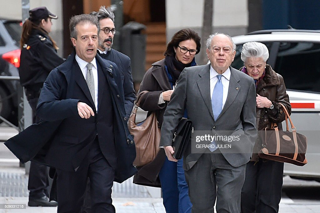 Former president of Catalonia Jordi Pujol (2ndR) arrives with his wife Marta Ferrusola (R) to appear before the National Court in Madrid on February 10, 2016. Pujol, who governed the wealthy northeastern region of Catalonia from 1980 to 2003, was ordered to appear before the National Court for questioning as a suspect in alleged money laundering and tax fraud relating to a personal fortune his family hid from the taxman in Andorra. / AFP / GERARD JULIEN