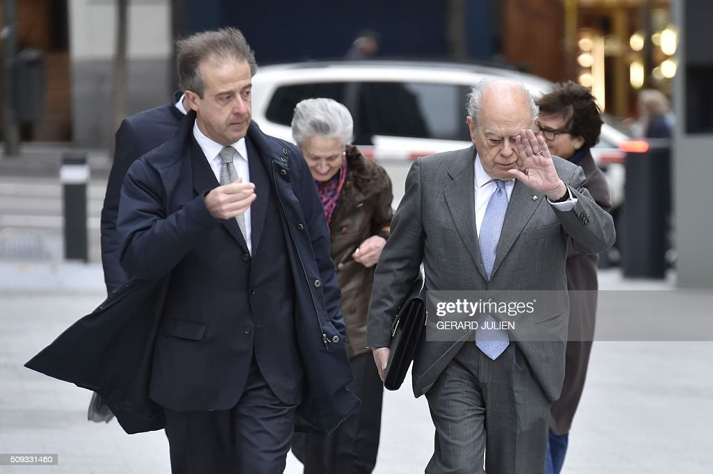 Former president of Catalonia Jordi Pujol (R) arrives with his wife Marta Ferrusola (back 2ndL) to appear before the National Court in Madrid on February 10, 2016. Pujol, who governed the wealthy northeastern region of Catalonia from 1980 to 2003, was ordered to appear before the National Court for questioning as a suspect in alleged money laundering and tax fraud relating to a personal fortune his family hid from the taxman in Andorra. / AFP / GERARD JULIEN