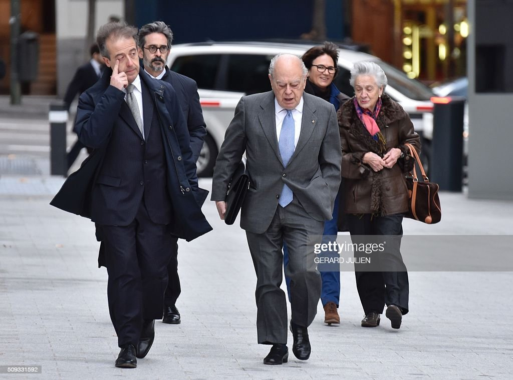 Former president of Catalonia Jordi Pujol (C) arrives with his wife Marta Ferrusola (R) to appear before the National Court in Madrid on February 10, 2016. Pujol, who governed the wealthy northeastern region of Catalonia from 1980 to 2003, was ordered to appear before the National Court for questioning as a suspect in alleged money laundering and tax fraud relating to a personal fortune his family hid from the taxman in Andorra. / AFP / GERARD JULIEN
