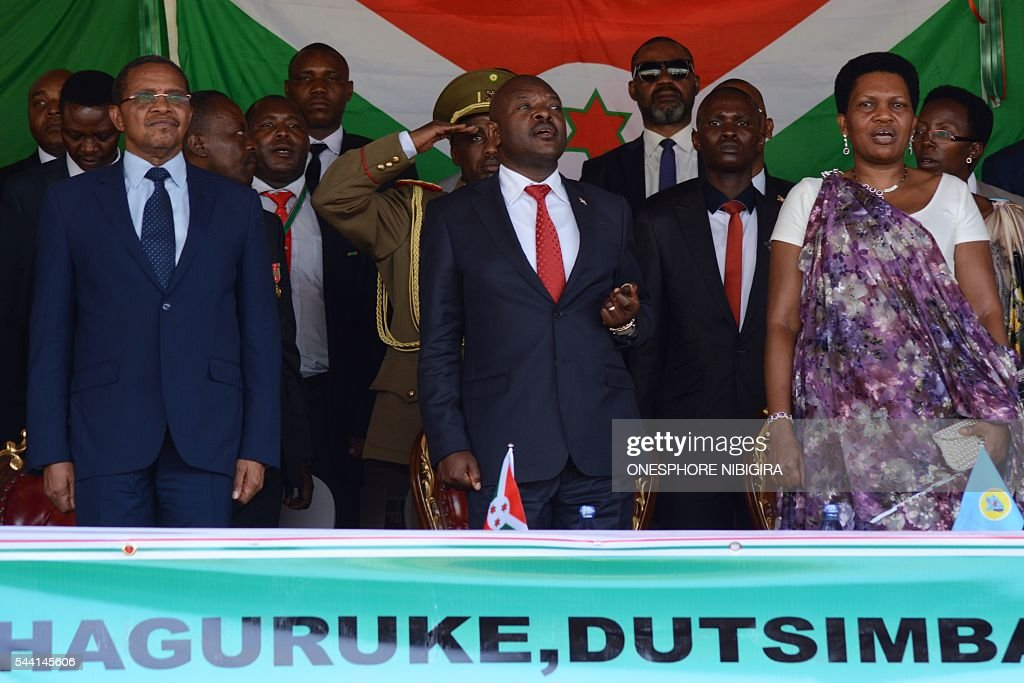 Former President of Tanzania Jakaya Kikwete, President of Burundi Pierre Nkurunziza and his wife Denise Bucumi attend a ceremony to celebrate Independence Day in Bujumbura on July 1, 2016. / AFP / ONESPHORE