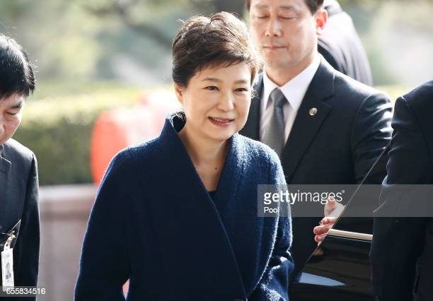 Former President Park Geunhye arrives at the entrance of the Seoul Central District Prosecutors' Office to undergo prosecution questioning on March...
