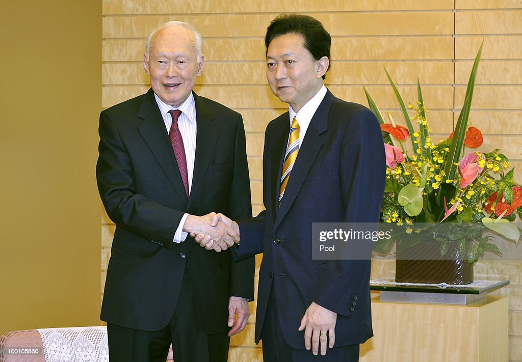 Former Prime Minister of Singapore Lee Kuan Yew (L) is welcomed by Japanese Prime Minister Yukio Hatoyama on May 21, 2010 in Tokyo, Japan. Lee Kuan Yew is visiting Tokyo to attend a buisness conference entitled 'The Future of Asia.'