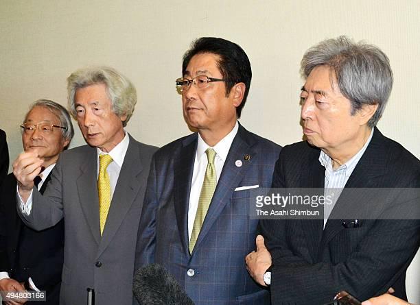 Former Prime Ministers Junichiro Koizumi and Morihiro Hosokawa speak to media reporters with Hakodate City Mayor Toshiki Kudo after their meeting at...
