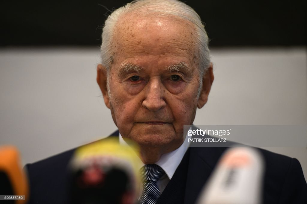 Former prisoner of Auschwitz extermination camp Leon Schwarzbaum takes part in a press conference in Detmold, western Germany, on February 10, 2016 ahead of a trial of a former SS man Reinhold Hanning. Reinhold Hanning, 93, faces court in the western town of Detmold from Thursday, charged with at least 170,000 counts of accessory to murder in his role as a former guard at the camp in occupied Poland. / AFP / PATRIK STOLLARZ